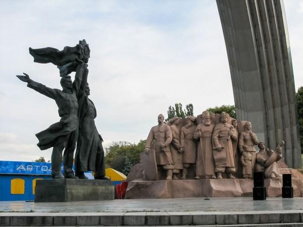 Скульптура двух трудящихся и скульптура сцены Переяславской рады