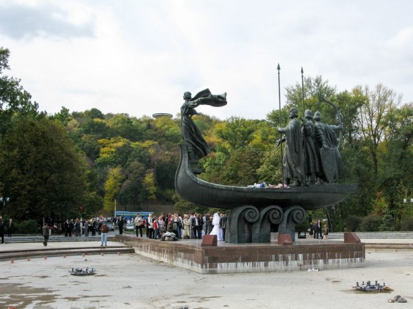 Памятник основателям Киева (с обратной стороны)