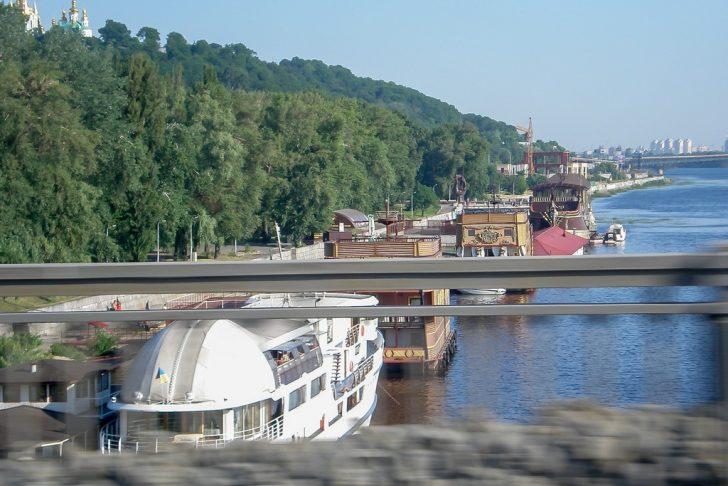 Плавучие рестораны возле моста Патона